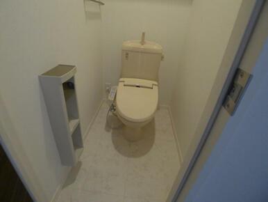 【トイレ】温水洗浄便座つきです☆上部には棚板があります♪タオルハンガー&ペーパーホルダー有♪
