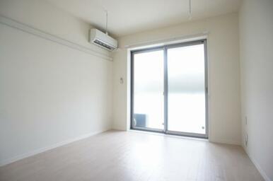 【洋室】6.0帖のお部屋です☆室内物干が御座いますので、雨の日のお洗濯でも安心です♪