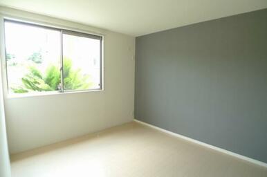 大きな窓が印象的なお部屋です♪ 7.8帖の広さとなります☆              ※写真は同タイ