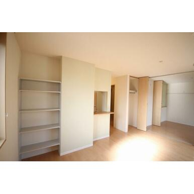 LDKにちょっとしたスペースに棚が設置されております☆ちょっと小物などを飾ったり本や雑誌を置くには便