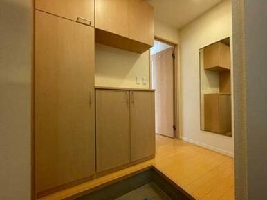 【玄関】コの字型タイプの玄関収納です☆ 中央の空間へ小物を置く事も出来ます♪