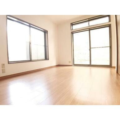 「1階南側洋室」2面採光の明るい洋お部屋