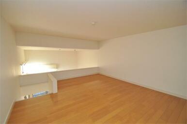 寝室としても収納としても使用できる便利なロフト付き