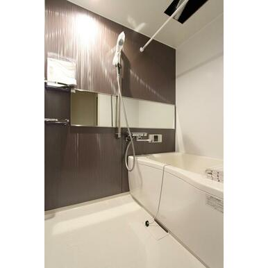 浴室暖房乾燥機・大きな鏡、シャワーバー、温度調節が簡単なサーモ水栓、追焚給湯機能付バスルームです。(