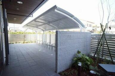 建物内にある屋根付き駐輪場です。雨の日も安心♪