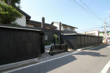 【外観】越谷の町に溶け込む黒い塀、京都を彷彿とさせる和風シャーメゾンです!!