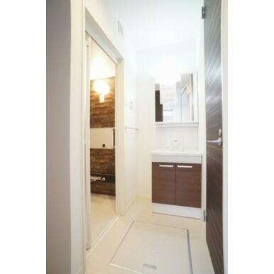 洋室の続きに設置された洗面・浴室です。奥に広く作られており洗濯機を置いても広々使えます。(洗濯機置場