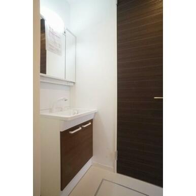 正面鏡裏が小物収納になっています。もちろんシャワー水栓を採用した洗髪洗面台です。