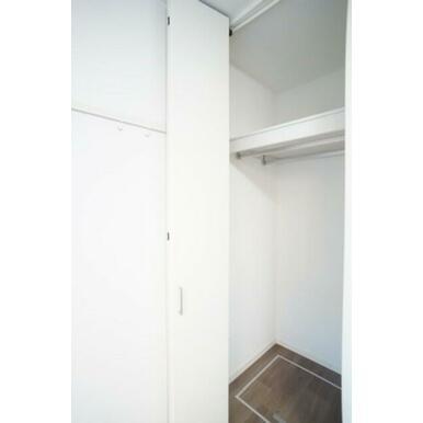 部屋奥にある収納はハンガーパイプが前後2列に配置された奥行きの大きなタイプです。