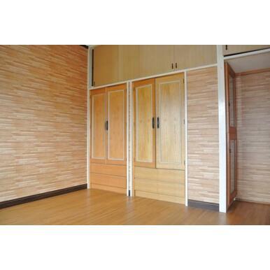 2階洋室の収納、室内は木目調で統一感があります