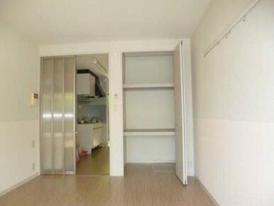 収納は棚付きで整理整頓して収納できます。