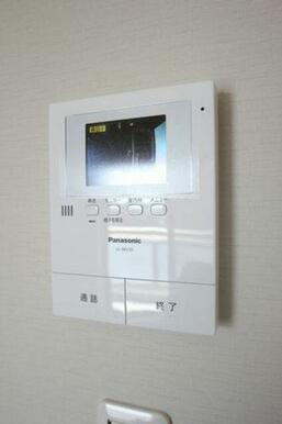 カラーTV付きインターホンが設置されております。