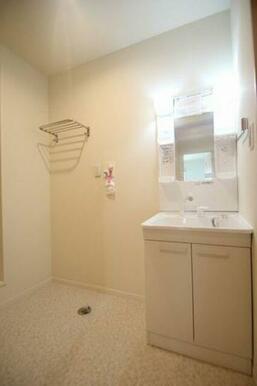 洗髪洗面化粧台でそう。鏡部分と下部に収納スペースがある為、備品が整理しやすくなっております。横のスペ