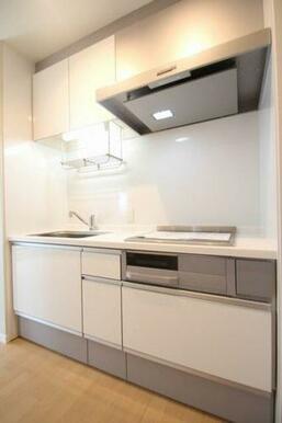 白色を基調とした清潔感あるシステムキッチンです。3口IHコンロ仕様になっております。また、引き出しが