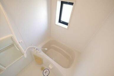 浴室にも窓が付いております☆換気扇と窓がございますので湿気対策にもなりそうですね☆