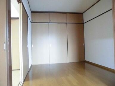 LDK横・収納付きの4.5帖洋室