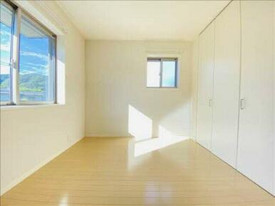 大きな窓からたくさんの光が差し込んでくる暖かい洋室です♪