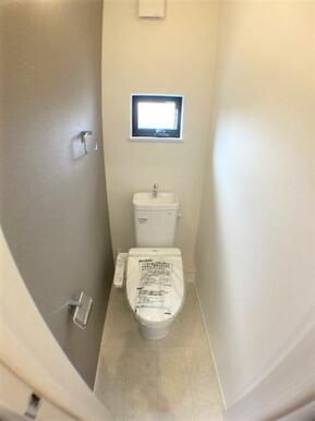 【トイレ】 節水型ウォシュレット付、温かい便座で快適!