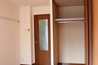 洋室クローゼットと玄関へ向かう扉