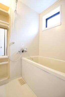 換気に便利な小窓付きバスルーム♪