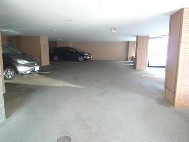 敷地内駐車場(有料・要空き確認 ※屋根付き区画あり)