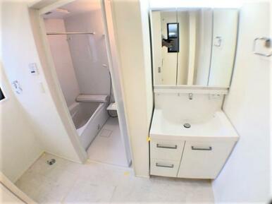 【1号棟洗面室】大きくて見やすい3面鏡、その場で洗髪可能なシャワー付の洗面台!