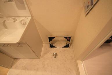 【洗濯機置き場】キャスター付き洗濯機置き場となります☆洗濯機裏のお掃除に役立ちます。