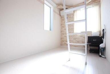天井が高く明るい洋室※カーテン・TV・炊飯器・掃除機・湯沸かしポット・テーブル・TV台・電子レンジは残置