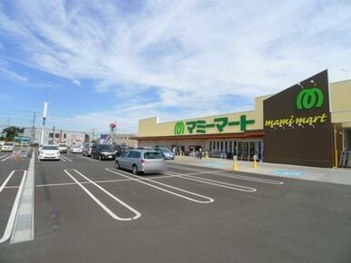 駐車場がたくさんあるスーパーマーケット、マミーマートまでは370mです♪