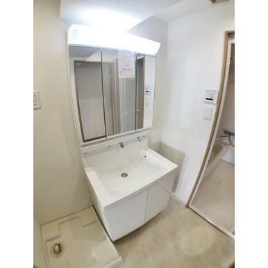 【洗面台】 身支度が整えやすい三面鏡が付いた独立洗面台♪