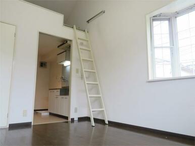出窓、ロフトでお部屋が広く開放感があります