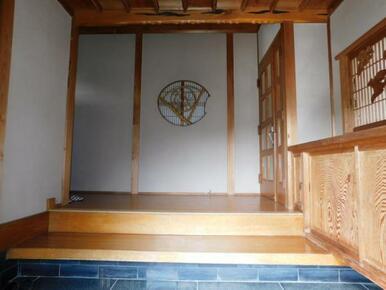 玄関の上がり框に正面の丸窓も趣があります