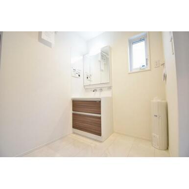 洗面、洗濯機置き場スペースにも窓が設置されており、明るく開放感ある空間となっています。
