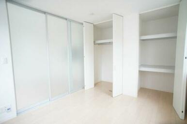 【洋室】6.5帖☆こちらの部屋にはハンガーパイプ付きクローゼットがついているので洋服を掛けたまま収納