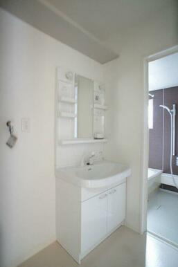 【洗面所】足を濡らさずに使える独立洗面化粧台です☆ 安全性に配慮してバスルームとの段差がありません★