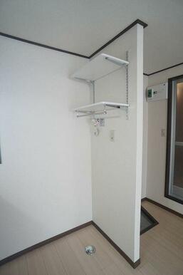 【室内洗濯機置場】タオル等を収納できる棚を設けております♪