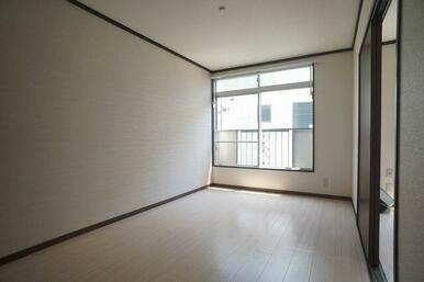 【洋室】床はフローリング調クッションフロアです♪