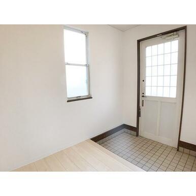 「玄関」白を基調とした明るい空間となっております