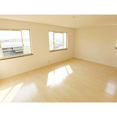 「2階12帖洋室」南側に窓があるのでお部屋が明るいですね