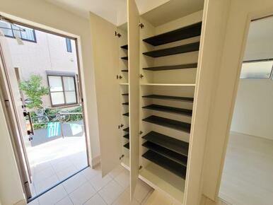 玄関 大容量収納可能なシューズクローク標準装備です。