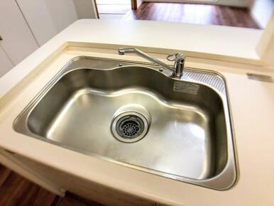 食器洗いもしやすい横幅広めのシンク