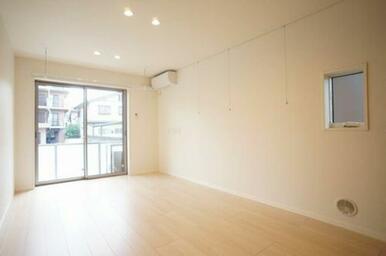 ◆LDK(13.0帖)◆エアコン1台、全部屋照明付きで初期費用を浮かせることができます♪室内物干しか