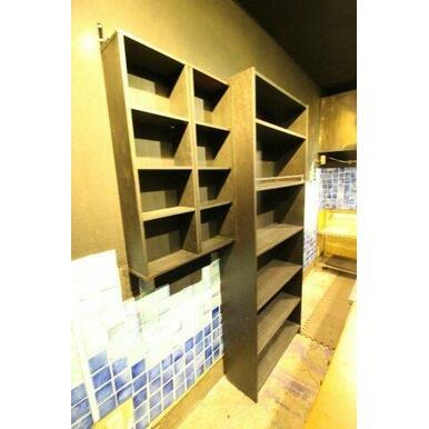 キッチンスペースには備え付けの棚がございます。