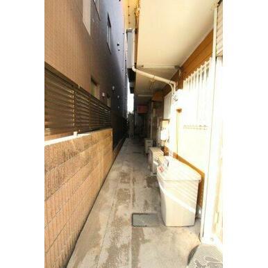 玄関の上は屋根が付いており、雨が降っても安心です。