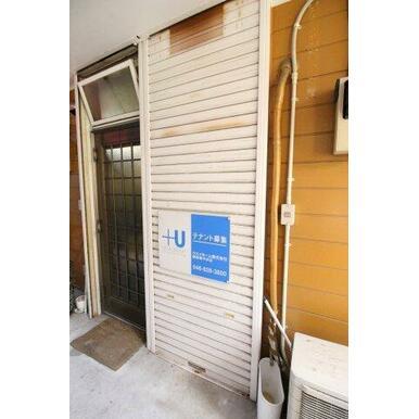 玄関はシャッターが付いております。