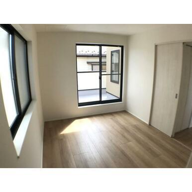 洋室 へこみ傷やすり傷・摩耗に強いワックスフリーの床材を採用。