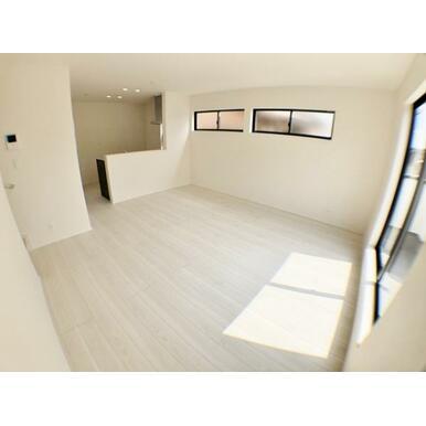 【LDK】 対面キッチンとリビング階段で家族とのコミュニケーションを豊富に確保!