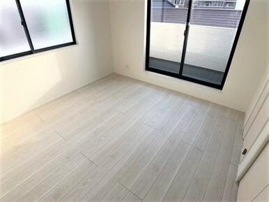 【洋室】どんなインテリアにも合いそうな白を基調としたお部屋♪