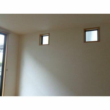 角部屋なので、横にも窓があり明るいです