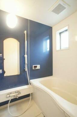 【浴室】24時間換気システム、追焚給湯機能付です。アクセントパネルがとてもお洒落ですよ。